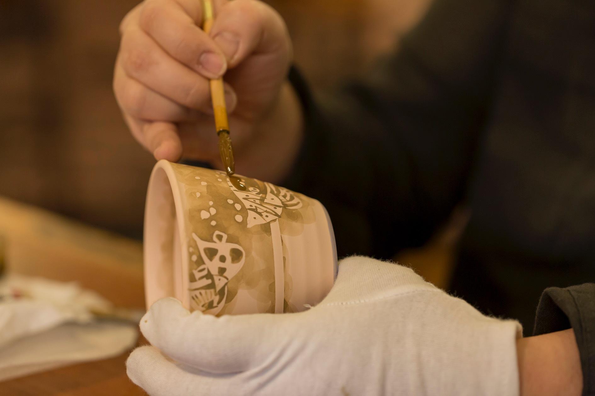 北海道札幌市にある黒羽陶工房,染付作家黒羽じゅんさんが陶器にフリーハンドで魚の絵を描く