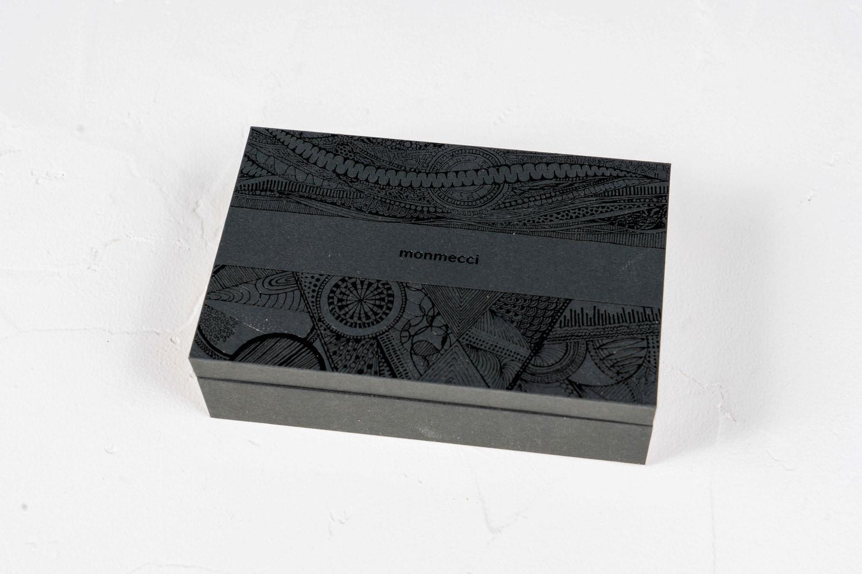 monmecci(モンメッチ)の彫刻フセンが入った箱,幾何学模様がデザインされた黒いギフト箱,通販・お取り寄せ文房具