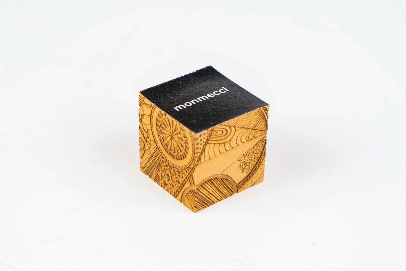 monmecci(モンメッチ)の彫刻フセン,正方形で独特な幾何学模様が彫り込まれた小さな付箋,札幌スタイル認証製品