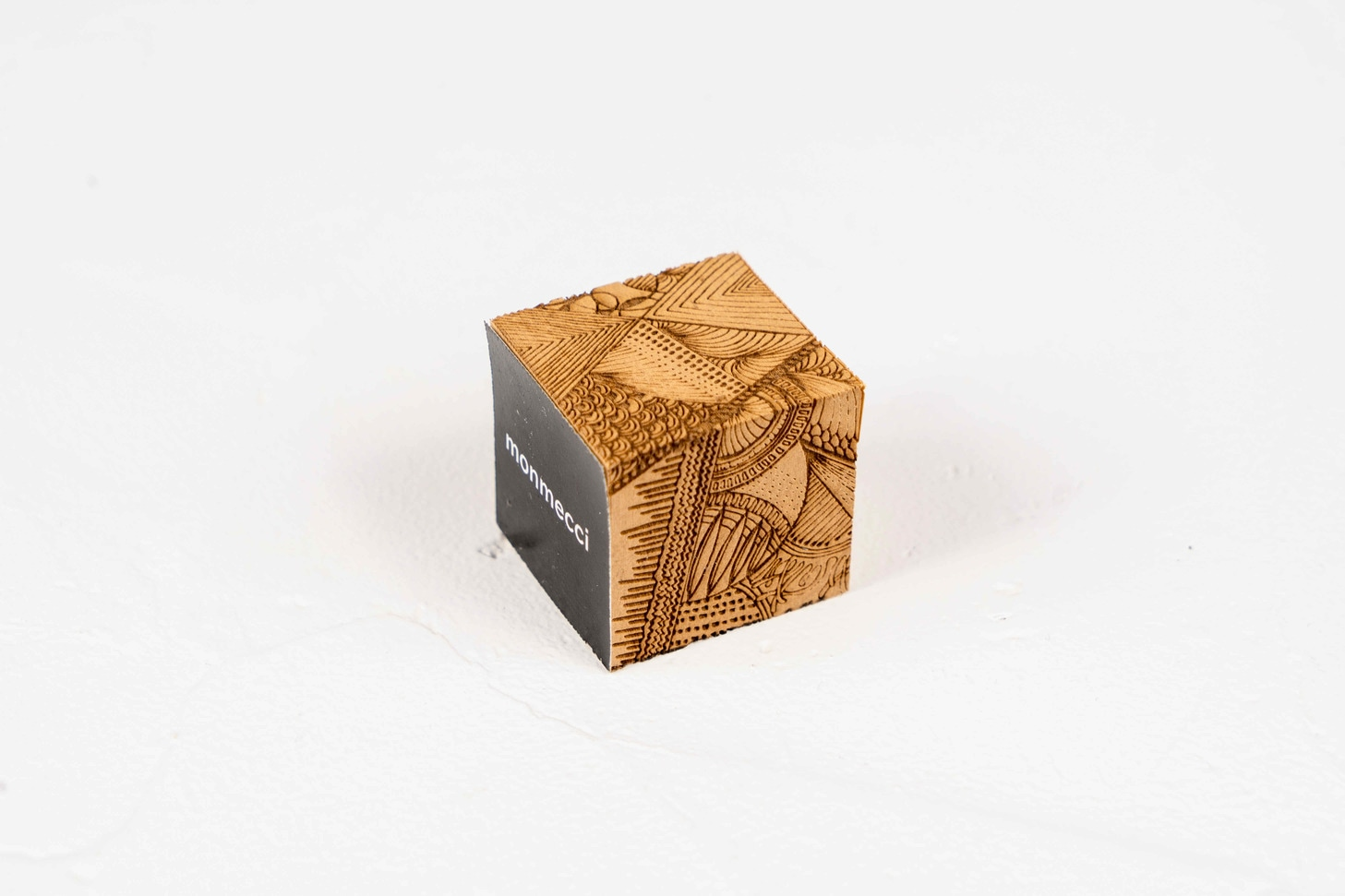 monmecci(モンメッチ)の彫刻フセン,正方形で幾何学模様が彫り込まれた小さな付箋,札幌スタイル認証製品