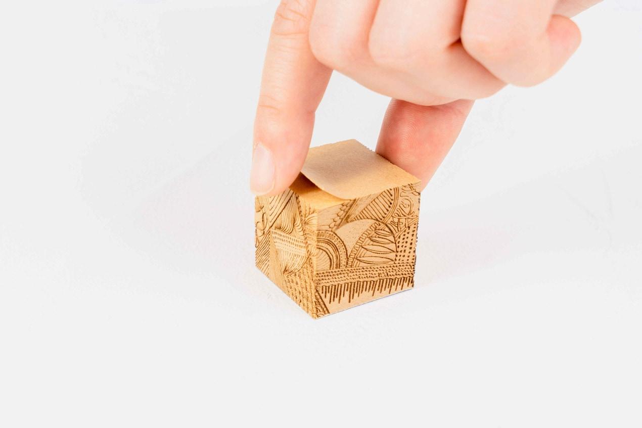 monmecci(モンメッチ)の彫刻フセンを指でつまむ,プレゼントにぴったりの文房具,ふせん