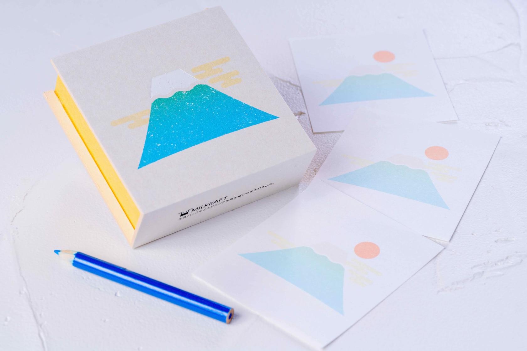 富士山がデザインされた紙箱とメモ用紙と色鉛筆