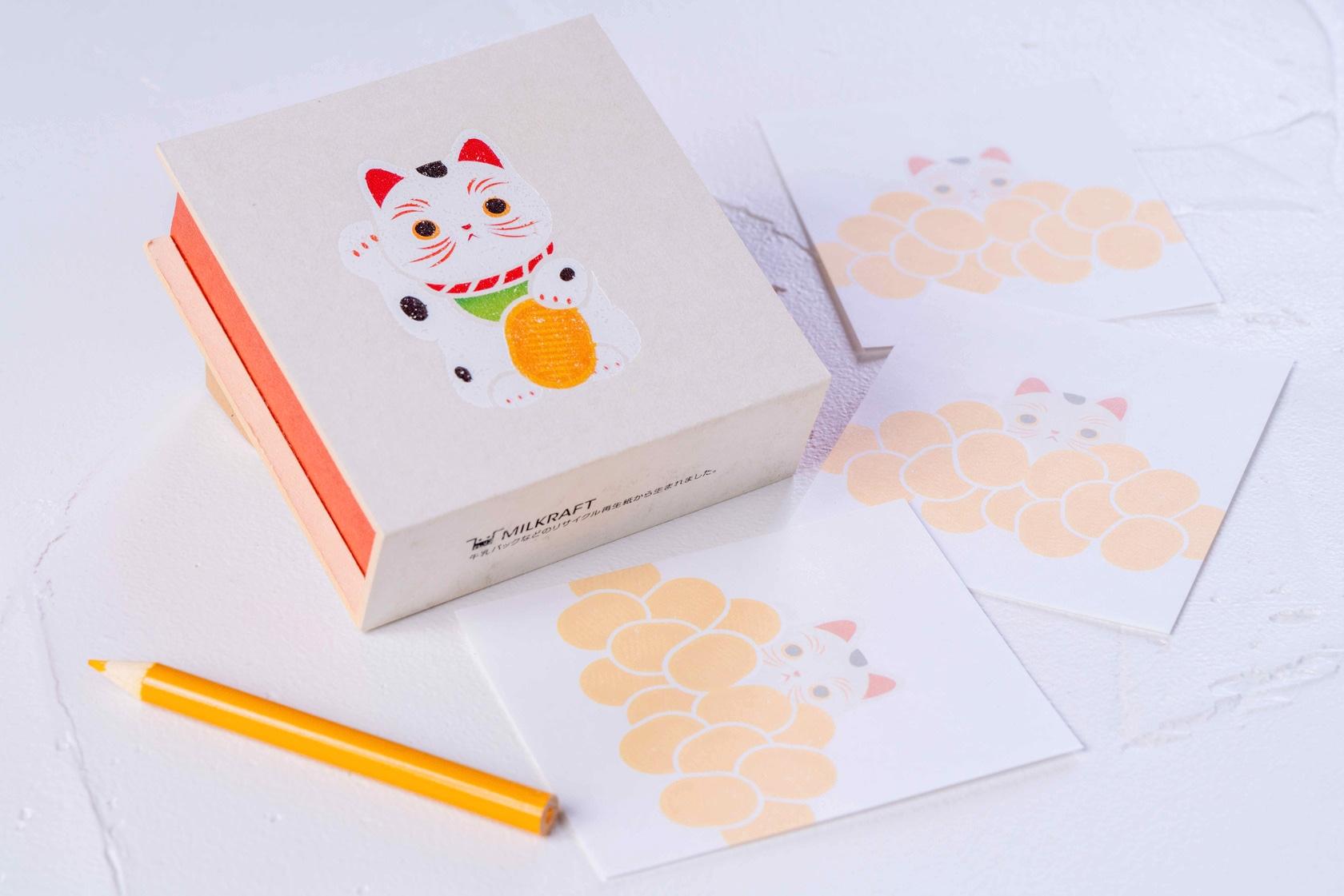招き猫がデザインされた紙箱とメモ用紙と色鉛筆