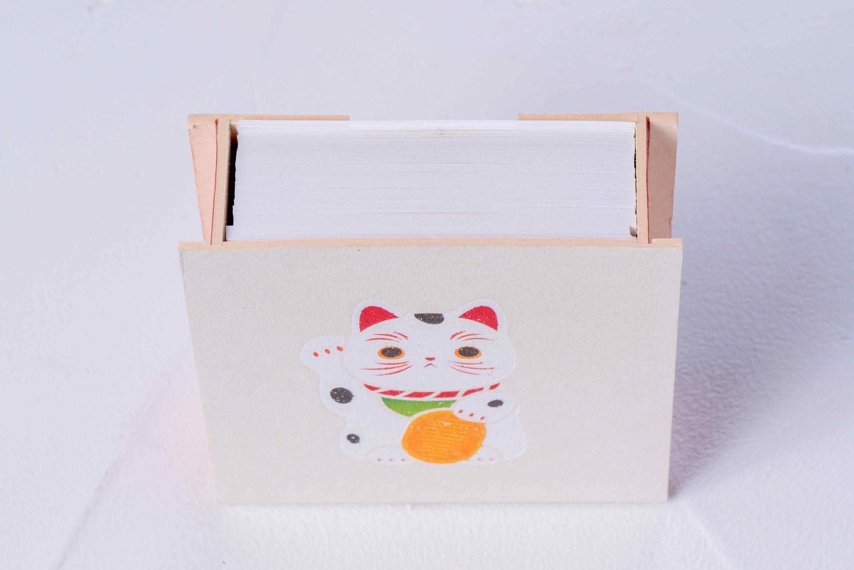 牛乳パックの再生紙ミルクラフトで作る箱とその中に入ったメモ用紙,招き猫がデザインされたモリタの紙箱