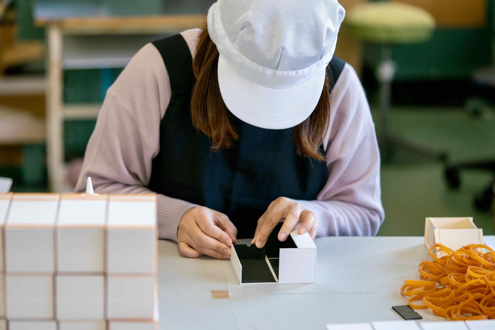 オリジナルパッケージを製造中のモリタ株式会社の工房風景,紙箱を丁寧に手作りする