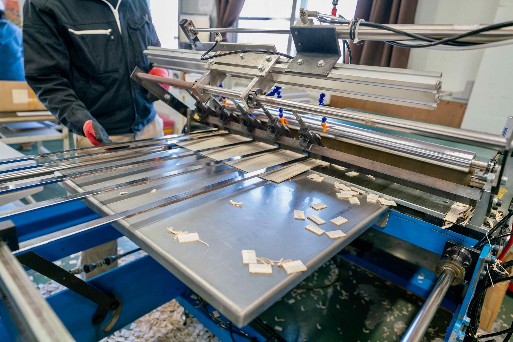 モリタ株式会社のオリジナルパッケージ製造工場,紙箱を裁断する機械