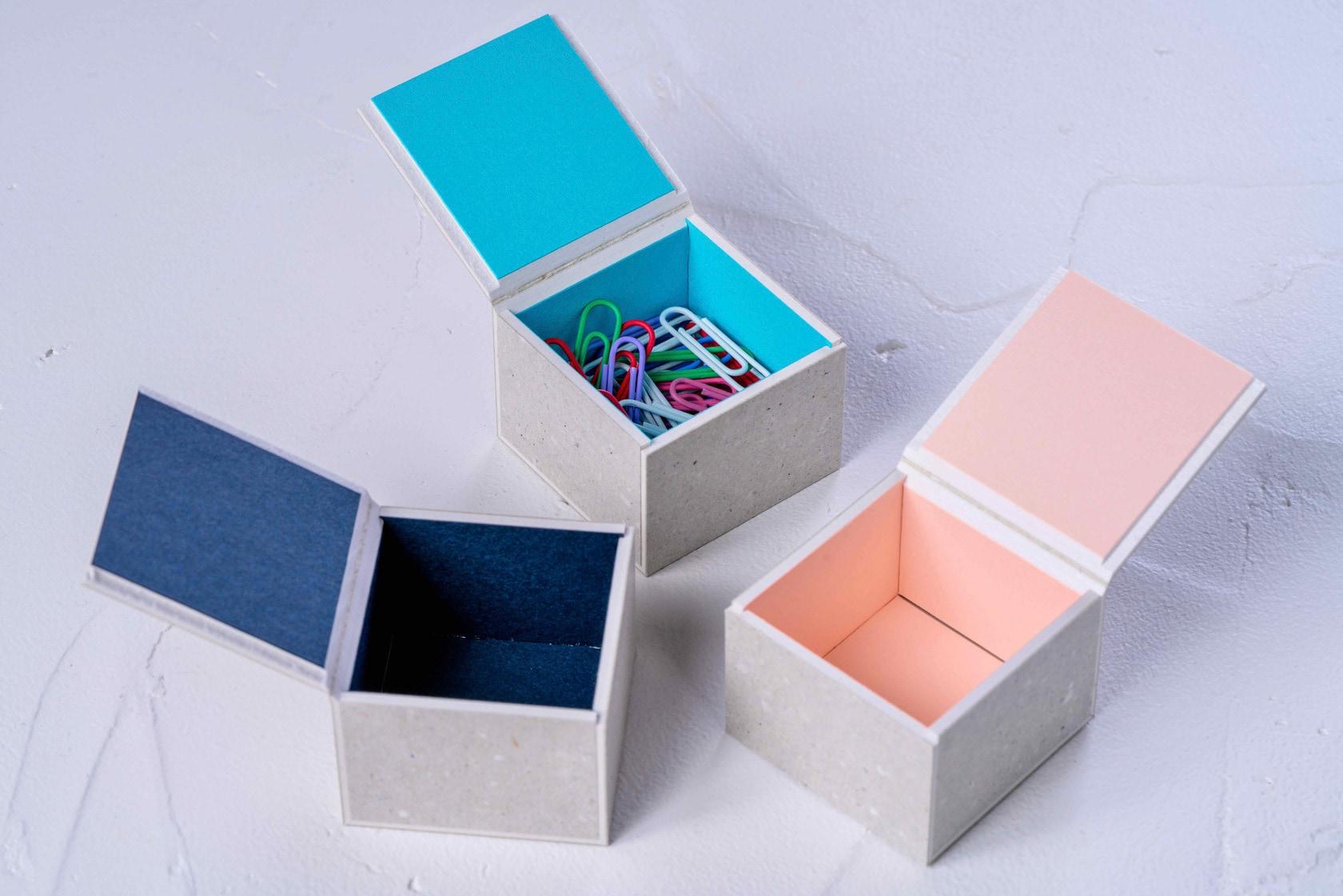 モリタのミニマムスペースボックス3の蓋を開ける,内側がカラフルな小さな紙箱