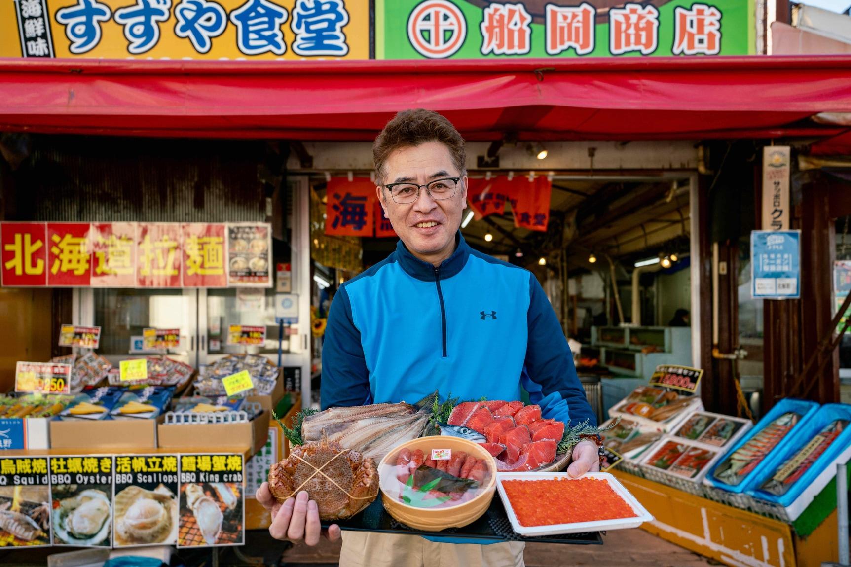 北海道函館市の観光名所である函館朝市で海産物の加工・販売とすずや食堂を営む船岡商店