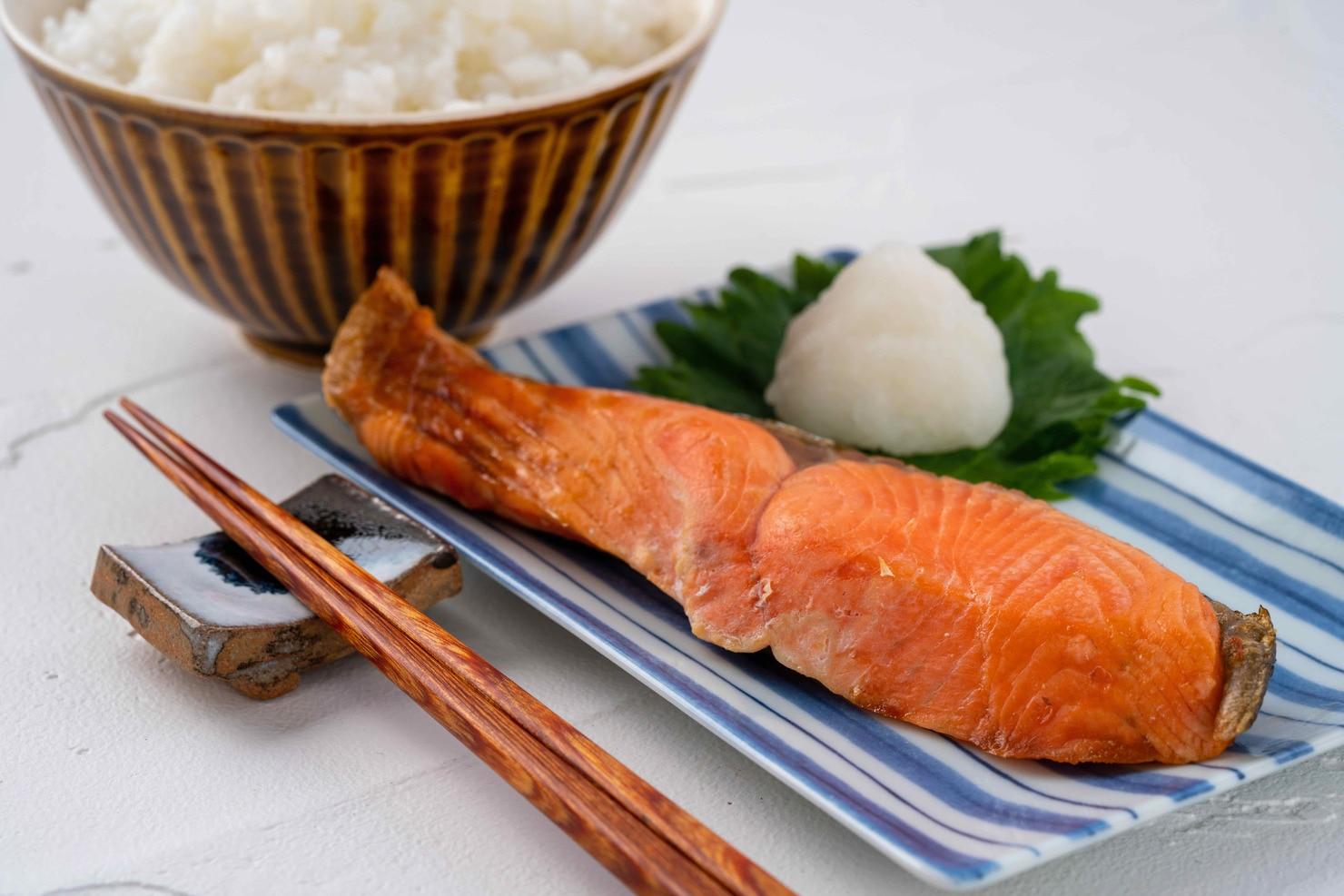 函館朝市にある船岡商店の焼いた甘塩紅鮭1切れと炊きたてのご飯,焼き鮭と白飯の朝食