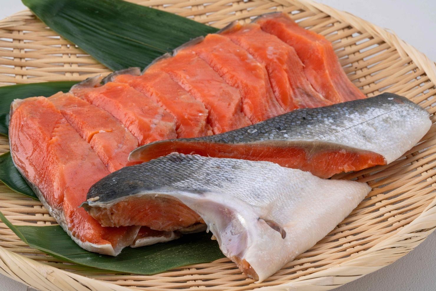 函館朝市にある船岡商店の甘塩紅鮭切身の半身セット,竹ざるに盛られた鮭の塩焼き用の切身10切れ
