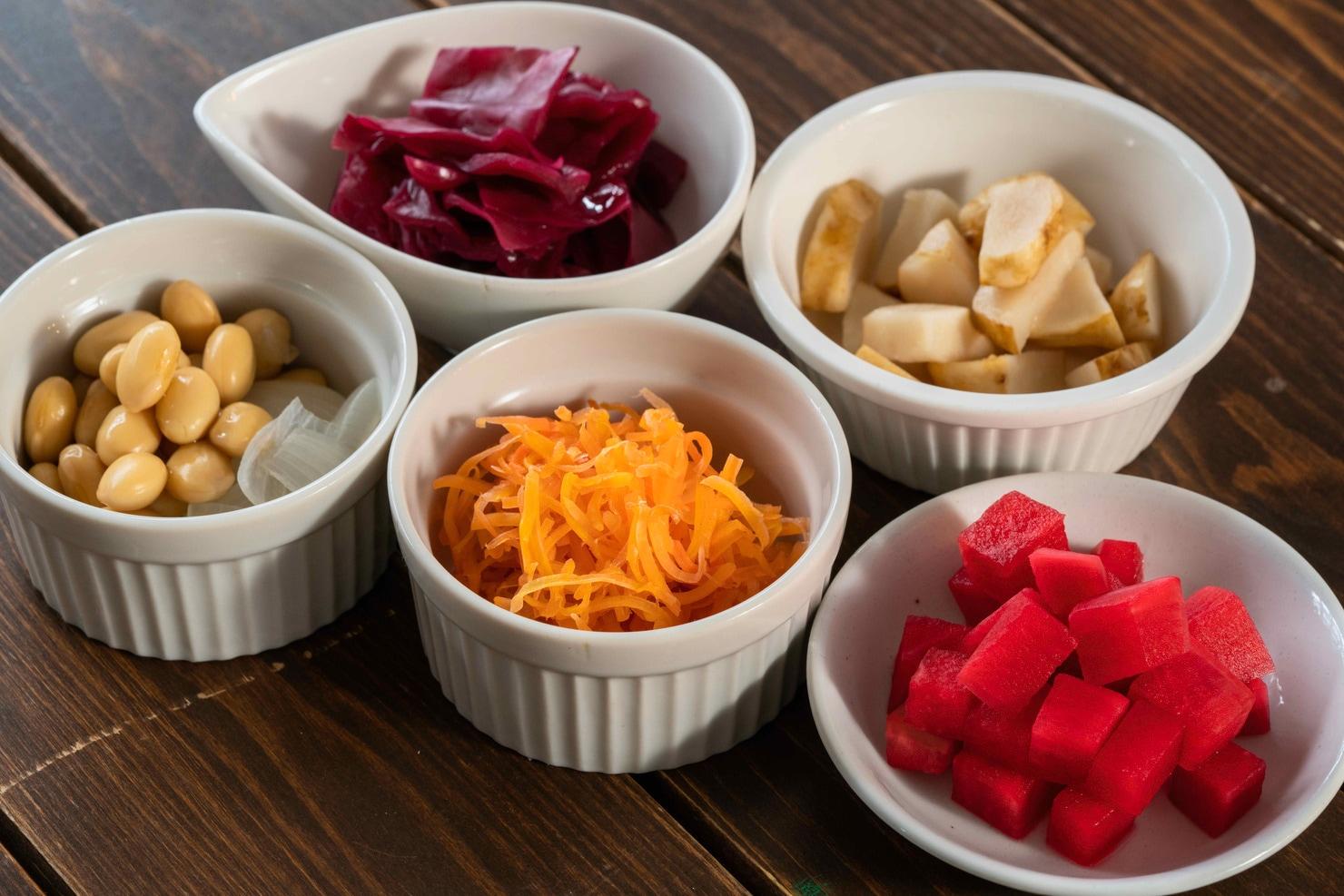 皿に盛り付けた5種類のピクルス,紫キャベツのさわやかピクルス・菊芋のピクルス・紅くるり・おいしい大豆・キャロットラペ