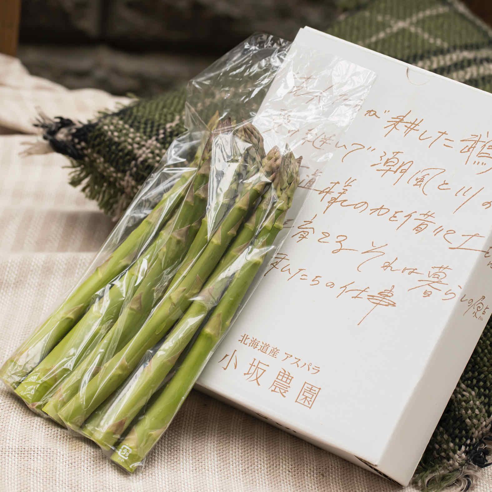 通販・お取り寄せ北海道産グリーンアスパラセット,鮮度保持袋に入ったアスパラと小坂農園のギフト箱