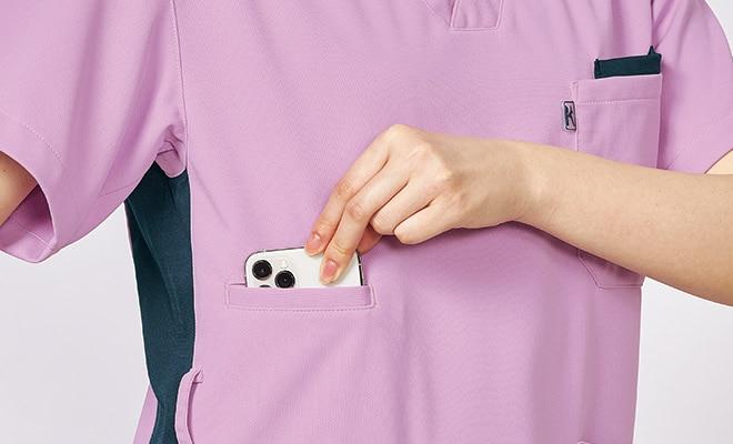 右脇ポケットに大きめのスマホが収まります。