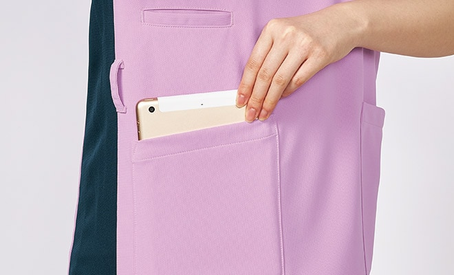 両腰ポケットに小型タブレットが収まります。