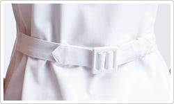 広めに開いた襟ぐりでファンデーションが付きにくい。