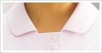 広めに開いた襟元に、縦に並んだダブルボタンがスッキリした印象。