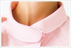 襟元と袖にパイピングを効かせたデザイン。