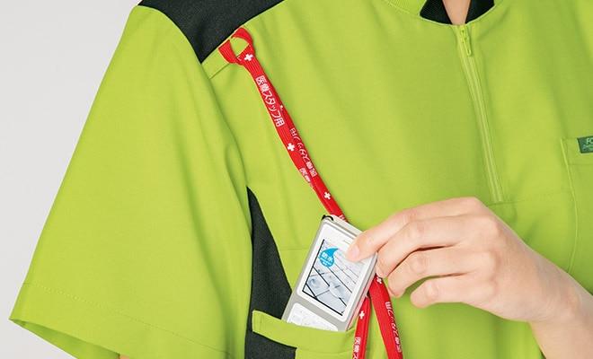 右肩にPHSのストラップを結びつけられるループ付き。首にストラップをかけずにPHSを携帯できます。