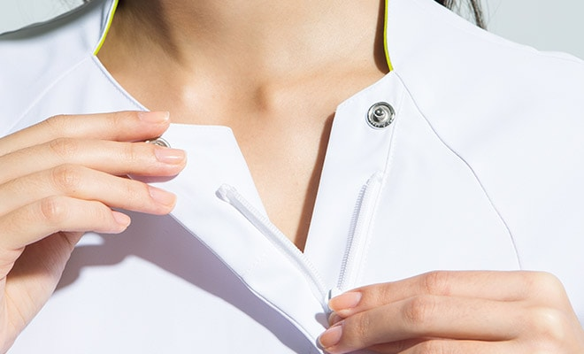羽織るタイプなので着脱しやすく、メイクなどがつきにくいのも特徴。