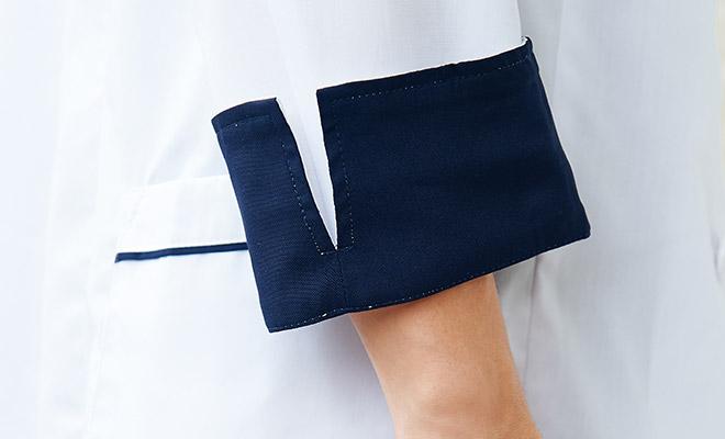 折り返して着られるデザイン。折り返す側はネイビーカラー。袖口スリットが入っているので、折り返しに便利です。