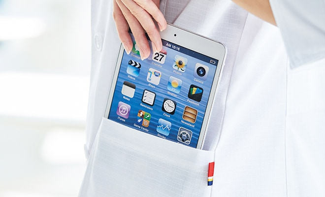 持ち運びに便利なタブレットが入るサイズの左右ポケット付き