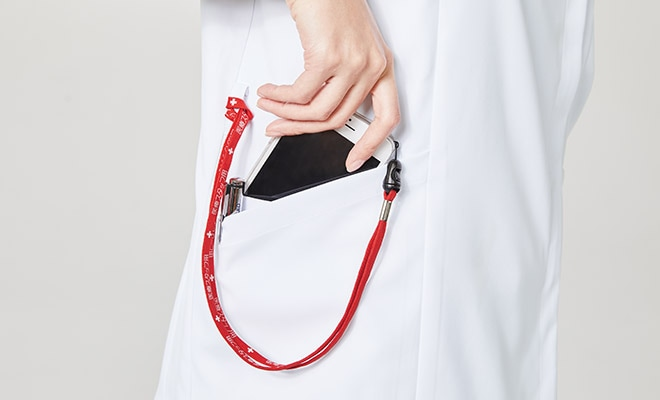 便利なループ付きの右腰の小分けポケットは、サージカルテープやはさみなど小物類の収納に