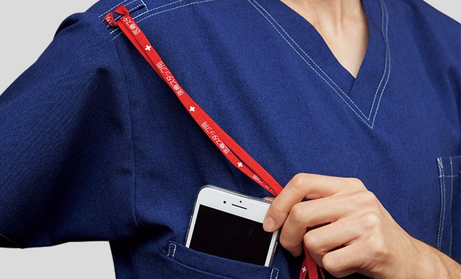 持ち運ぶ機会が多い携帯電話の収納ポケット付き。右肩に携帯電話のストラップを結びつけられるループ付きなので、首にストラップをかけずに携帯電話を持ち運びできます