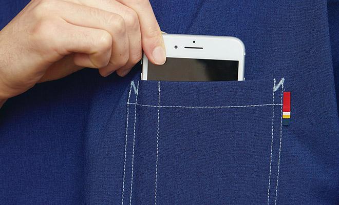 左胸ポケットにはディッキーズカラーのピスネームがアクセントで付いています