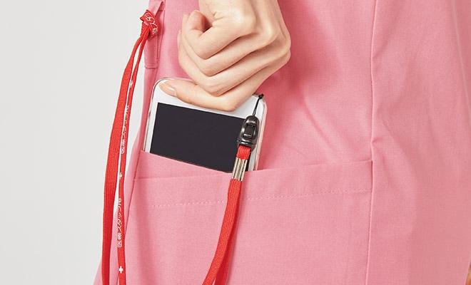 便利なループ付きの右腰の小分けポケットは、サージカルテープやはさみなど小物類の収納に。左腰にもポケット付き
