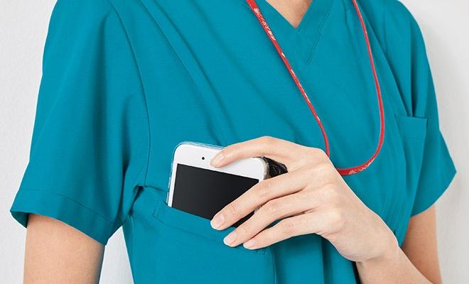 持ち運ぶ機会の多い携帯電話の収納ポケット付き。重みを分散する独自の設計で肩こりを防ぎ、長時間持ち運ぶ際の悩みも解消<