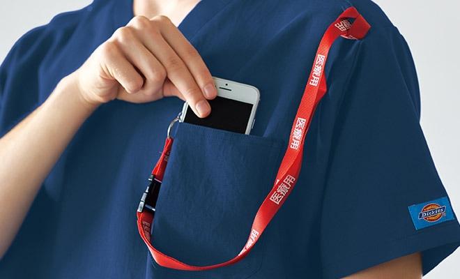 持ち運ぶ機会が多い携帯電話の収納ポケット付き。右肩に携帯電話のストラップを結びつけられるループ付きなので、首にストラップをかけずに携帯電話を持ち運びできます。