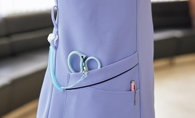 便利なWループ付きの右腰の2重ポケットは、しゃがんでも物が落ちにくい構造です。左腰にもポケット付き。