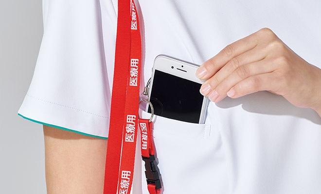 重みを分散する独自の設計の携帯電話収納ポケット。右肩に携帯電話のストラップを結びつけられるループ付きなので、首にストラップをかけずに携帯電話を持ち運びできます。