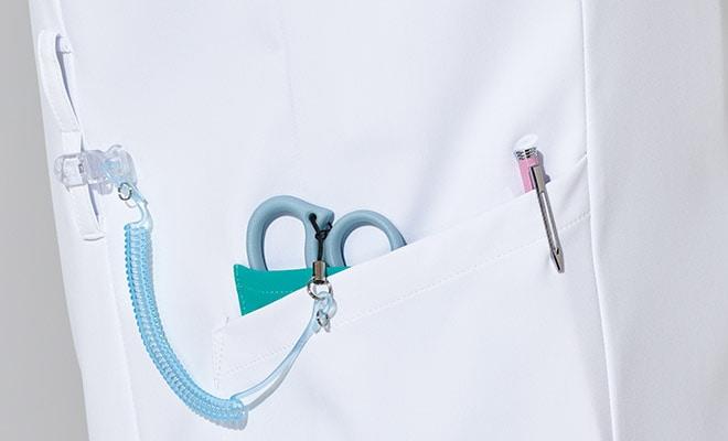便利なWループ付きの右腰の小分けポケットは、サージカルテープやはさみなど小物類の収納に。