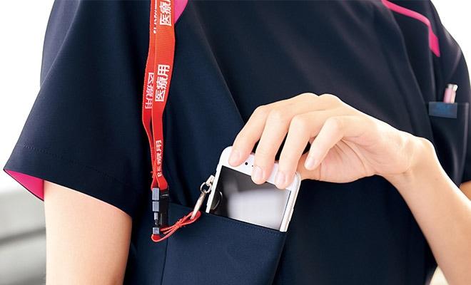 持ち運ぶ機会の多い携帯電話の収納ポケット付き。