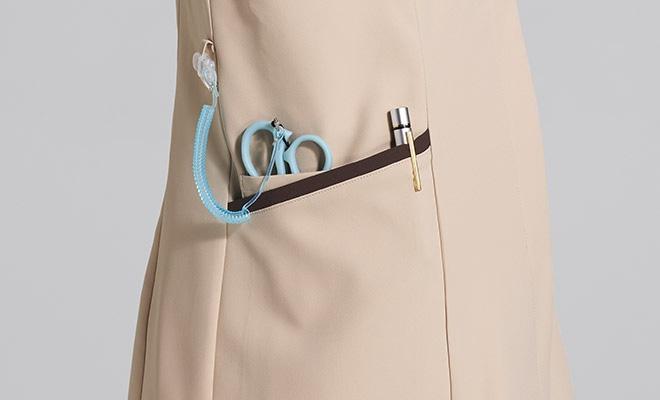 便利なループ付きの右腰の小分けポケットは、サージカルテープやはさみなど小物類の収納に。左腰にもポケット付き(内ポケット付)