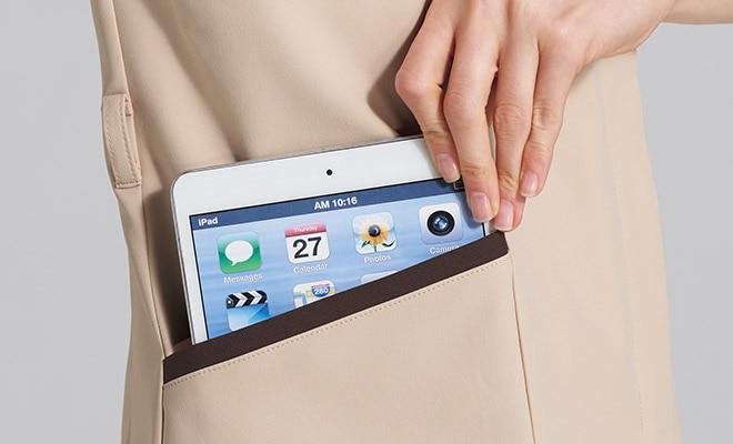 持ち運びに便利なタブレットが入るサイズの左右ポケット付き。