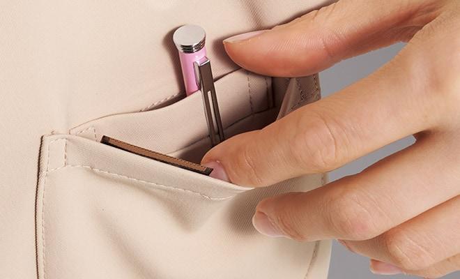 ペンや小物を分離して収納できる便利な2重仕様のポケット。