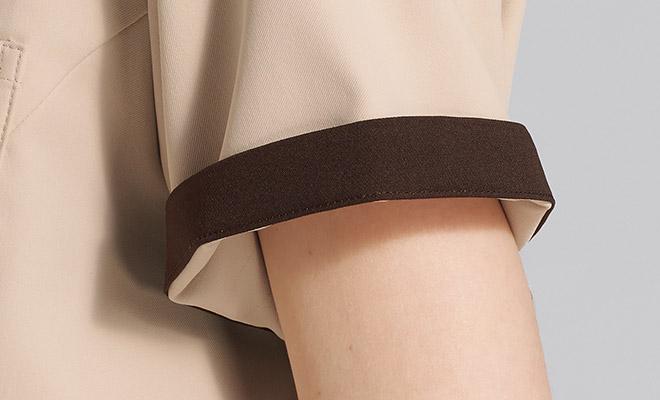 袖口のインナーカラーが折り返した際のアクセントに。