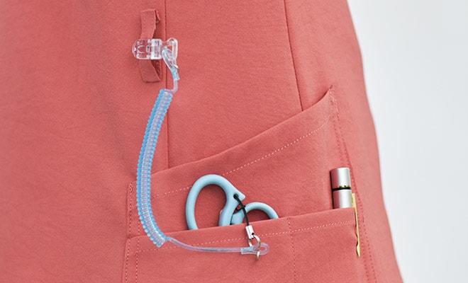 便利なループ付きの右腰の小分けポケットは、サージカルテープやはさみなど小物類の収納に。左腰にもポケット付き。