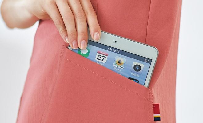 持ち運びに便利なタブレットが入るサイズの左右ポケット付き。左ポケットにはディッキーズカラーのピスネームが付いています。