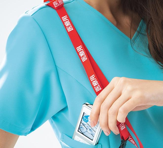 重みを分散する独自の設計の携帯電話収納ポケット。右肩に携帯のストラップを結びつけられるループ付きなので、首にストラップをかけずに携帯電話を持ち運べます。