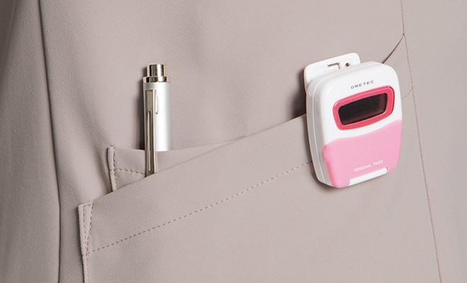 右腰の小分けポケットには、ペンやはさみなど小物類の収納に