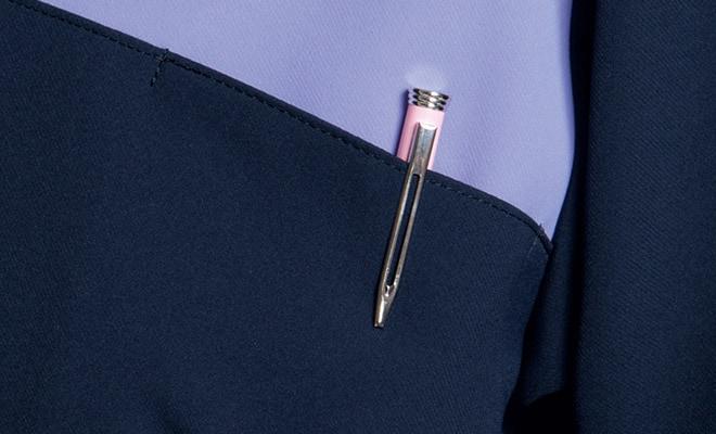 左胸ポケット付き。