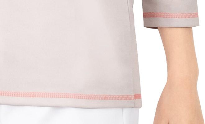 袖口・裾にアクセントになる配色ステッチあり。