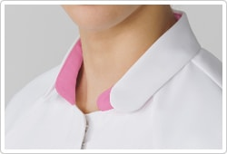 衿はすべてのパーツがラウンドした個性的なデザイン。ホワイトは、台衿部分のアイソンピンクの配色がアクセント
