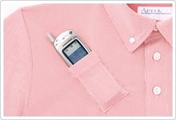 かがんでもPHSが落ちにくい、衿元に斜めに配したPHS用ポケット。