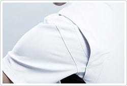 背面肩部にアクションプリーツを採用し、腕の動きを快適にサポートします