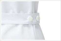 ウエストベルトにはオリジナルボタンを右脇に2つ配して、個性的な後ろ姿に。