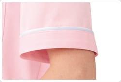 袖口にも衿と同様、白いパイピングをあしらっています。